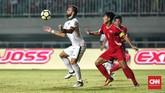 Perubahan lainnya terjadi di lini depan setelah Luis Milla memainkan Ilija Spasojevic sebagai starter Timnas Indonesia menggantikan posisi Lerby Eliandry. (CNN Indonesia/Andry Novelino)