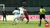Bek Timnas Indonesia Bagas Adi sempat mendapat kartu kuning karena melanggar pemain Korea Utara dengan keras. (CNN Indonesia/Andry Novelino)