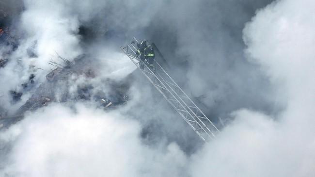 Asap tebal ini berasal dari reruntuhan sebuah gedung terbengkalai setinggi 22 tingkat yang dihuni oleh ratusan penghuni ilegal. (REUTERS/Paulo Whitaker)