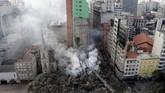 Gedung yang berada di pusat Sao Paulo itu dilalap api dan roboh pada Selasa dini hari, menewaskan setidaknya satu orang.(REUTERS/Paulo Whitaker)