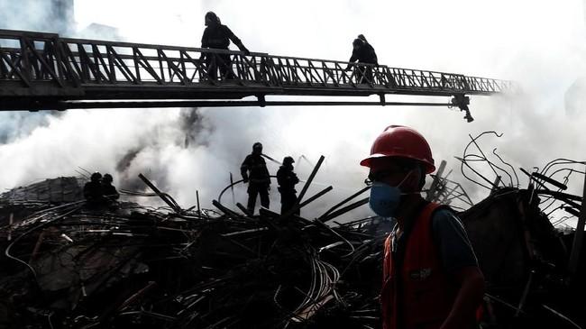 Menurut pihak berwenang, sebanyak 400 orang terdaftar tinggal di bangunan milik pemerintah itu. Sementara penyebab kebakaran masih belum diketahui. (REUTERS/Leonardo Benassatto)