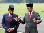 Jokowi Main Badminton Sambil Jualan Tank Anoa