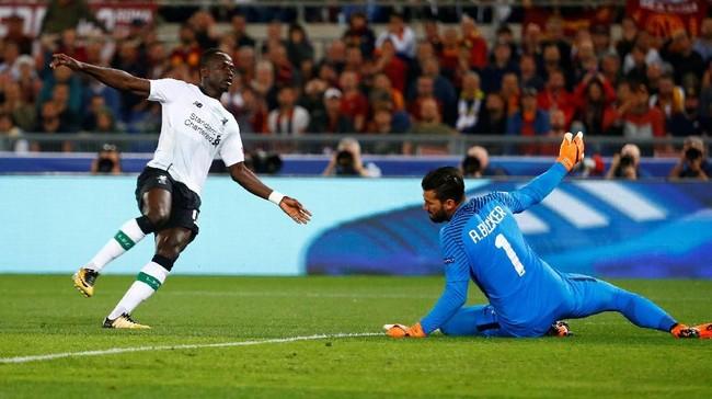 Liverpool unggul cepat atas AS Roma pada leg kedua semifinal di Stadion Olimpico, Rabu (2/5), setelah Sadio Mane mencetak gol pada menit kesembilan menerima umpan Roberto Firmino. (REUTERS/Tony Gentile)