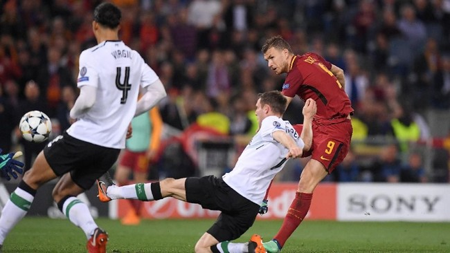 Penyerang AS Roma Edin Dzeko menyamakan kedudukan 2-2 pada menit ke-52 setelah bola rebound tendangan Stephan El Shaarawy gagal diamankan lini belakang Liverpool. (REUTERS/Alberto Lingria)