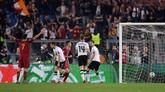 AS Roma sukses menyamakan kedudukan setelah gelandang Liverpool James Milner melakukan gol bunuh diri setelah wajahnya terkena bola tendangan Dejan Lovren. (REUTERS/Alberto Lingria)