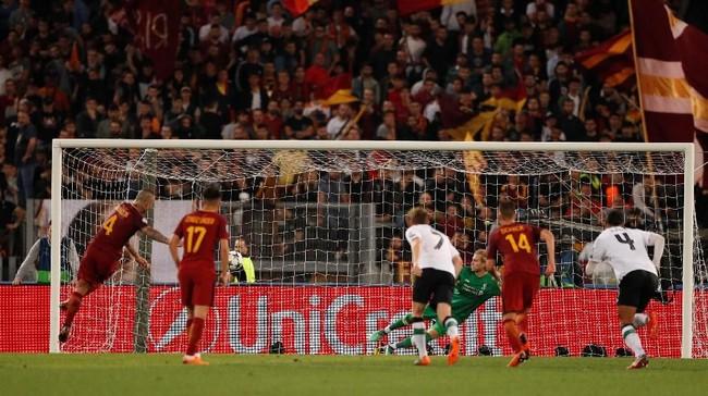 Gelandang AS Roma keturunan Indonesia Radja Nainggolan mencetak dua gol tambahan untuk tuan rumah di babak kedua. Namun, skor 4-2 untuk Roma tidak mampu menahan laju Liverpool ke laga final Liga Champions. (Reuters/John Sibley)