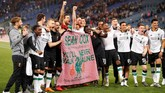 Para pemain Liverpool membentangkan spanduk dukungan untuk suporter Sean Cox yang mendapat serangan dari suporter AS Roma pada leg pertama semifinal Liga Champions. (Reuters/John Sibley)