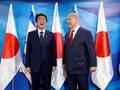 Jamu PM Jepang, Netanyahu Sajikan Hidangan Penutup di Sepatu