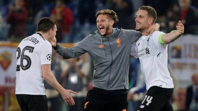 Tiga pemain Liverpool Jordan Henderson, Adam Lallana dan Andrew Robertson merayakan sukses ke final Liga Champions. Liverpool lolos dengan agregat kemenangan 7-6 atas AS Roma. (REUTERS/Max Rossi)