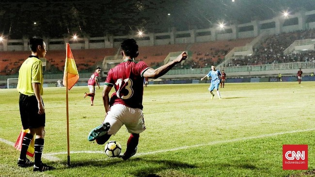 Winger Timnas Indonesia Febri Hariyadi terlihat melakukan sepak pojok ke kotak penalti timnas Uzbekistan. (CNN Indonesia/Andry Novelino)