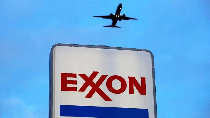 FILE PHOTO: An airplane comes in for a landing above an Exxon sign at a gas station in the Chicago suburb of Norridge, Illinois, U.S., October 27, 2016. REUTERS/Jim Young/File Photo                           GLOBAL BUSINESS WEEK AHEAD