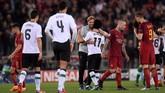 Manajer Liverpool Juergen Klopp memeluk Mohamed Salah usai menyingkirkan AS Roma di semifinal Liga Champions. Liverpool akan menghadapi Real Madrid pada laga final di Kiev, Ukraina, 26 Mei mendatang. (REUTERS/Max Rossi)