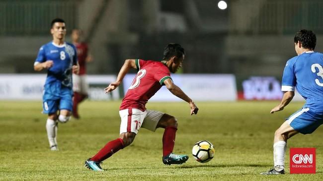 Winger Febri Hariyadi kembali menjadi pemain Timnas Indonesia yang paling bersinar penampilannya. Tapi, sejumlah umpan-umpan matang Febri selalu gagal dimanfaatkan rekan setimnya untuk mencetak gol. (CNN Indonesia/Andry Novelino)