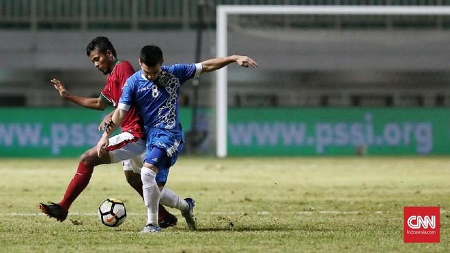 Salah satu pemain Timnas Indonesia yang bersinar di PSSI Anniversary Cup 2018 adalah Zulfiandi yang kembali tampil impresif setelah cedera. (CNN Indonesia/Andry Novelino)