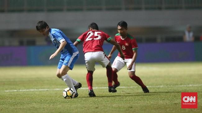 Timnas Indonesia tampil bagus melawan Uzbekistan yang berstatus sebagai juara bertahan Piala Asia U-23 pada laga terakhir PSSI Annivesary Cup di Stadion Pakansari, Kamis (3/5). (CNN Indonesia/Andry Novelino)