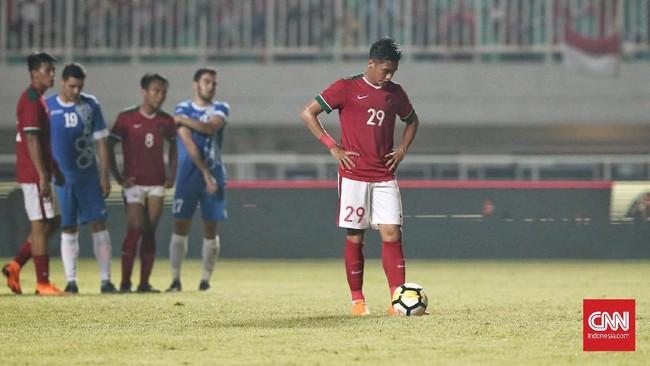Timnas Indonesia sebenarnya memiliki peluang emas untuk mencetak gol pada menit ke-37, tapi tendangan penalti Septian David Maulana berhasil diblok kiper timnas Uzbekistan. (CNN Indonesia/Andry Novelino)