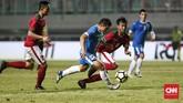 Lini tengah Timnas Indonesia yang digalang Muhammad Hargianto (kanan) dan Zulfiandi berhasil mengimbangi permainan timnas Uzbekistan. (CNN Indonesia/Andry Novelino)