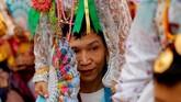 Seorang pria membawa seorang bocah di di pundaknya dalam acara tahunan Poy Sang Long di Mae( Hong Son, Thailand. Festival itu adalah acara perayaan akil balig remaja pria yang akan menjadi pengikut Budha. (Reuters/Jorge Silva)