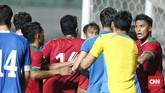 Sejumlah pemain Timnas Indonesia dan timnas Uzbekistan sempat bersitegang usai Awan Setho bertabrakan. Wasit kemudian berhasil mengendalikan situasi. (CNN Indonesia/Andry Novelino)