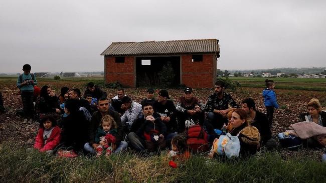 Mereka melarikan diri dari Suriah, negara yang dilanda perang saudara selama tujuh tahun dan sempat diporak-porandakan ISIS. (REUTERS/Alkis Konstantinidis)