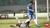 Ketegangan sempat terjadi pada menit ke-62 ketika salah satu pemain timnas Uzbekistan menabrak kiper Timnas Indonesia Awan Setho. (CNN Indonesia/Andry Novelino)