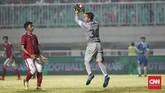 Timnas Indonesia harus kehilangan kiper Andritany Ardhiyasa di awal-awal pertandingan karena berbenturan dengan pemain timnas Uzbekistan. Posisi Andritany kemudian digantikan Awan Setho. (CNN Indonesia/Andry Novelino)