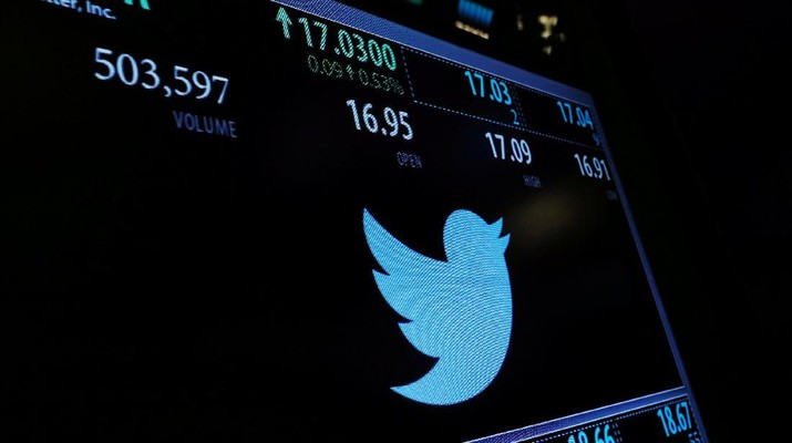 FILE PHOTO: A screen displays the stock price of Twitter above the floor of the New York Stock Exchange (NYSE) shortly after the opening bell in New York, NY, U.S., January 31, 2017.  REUTERS/Lucas Jackson/File Photo