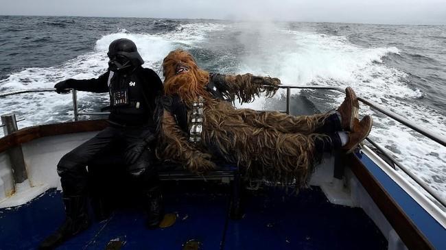 Pada 4 Mei lalu, penggemar Star Wars merayakannya dengan berkostum seperti karakter dalam film, ada yang menjadi Darth Vader, Stormtrooper sampai Chewbacca. (REUTERS/Clodagh Kilcoyne)