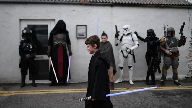 Selain itu, untuk memeringari Hari Star Wars, yayasan-yayasan amal juga mengunjungi rumah sakit anak untuk menghibur pasien dengan sosok berkostum karakter Star Wars. (REUTERS/Clodagh Kilcoyne)