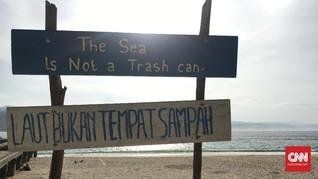 Dikawal Lumba-Lumba di Perairan Pulau Pisang