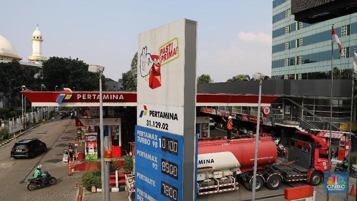 Pemerintah memberi izin SPBU Total dan Shell untuk menaikkan harga bensin mereka di Juni mendatang. Harga bensin Pertamina masih ditahan untuk naik.