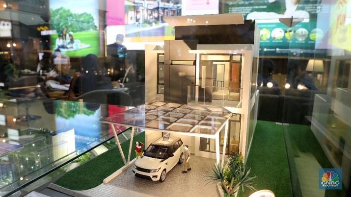 Chief Finnancial Officer Sinarmas Land Alim Gunadi (kiri), Executive Vice President Consumer Loans Bank Mandiri Ignatius Susatyo Wijoyo (kedua kiri) dan Deputi Gubernur DKI Jakarta Bidang Tata Ruang dan Lingkungan Hidup Oswar M. Mungkasa berbincang dengan pengunjung Mandiri Property Expo 2018 di Jakarta Convention Center, Sabtu (5/5). Pada Mandiri Property Expo 2018, Bank Mandiri mengenalkan proses cepat pengajuan KPR same day approval. Hingga 31 Maret 2018, penyaluran KPR Bank Mandiri telah mencapai Rp 40,45 triliun, tumbuh 11,11% dibandingkan Maret 2017.