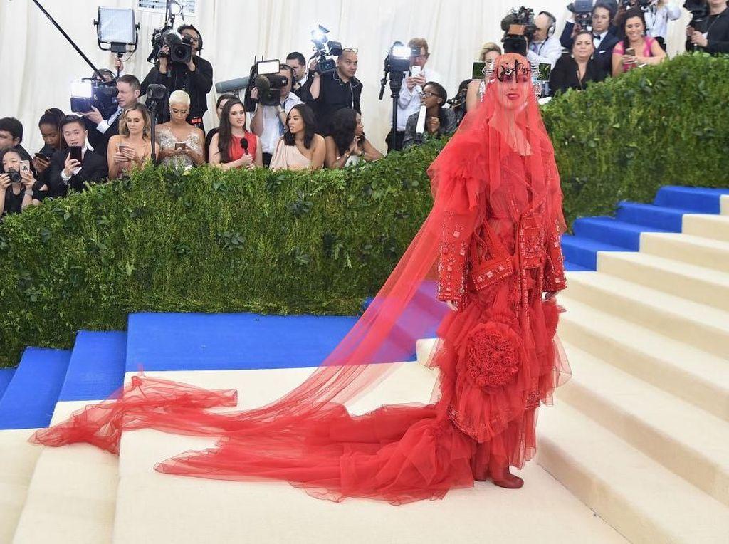 Liar dan Seksi, Deretan Gaun Terheboh dalam Sejarah Acara Mode Akbar