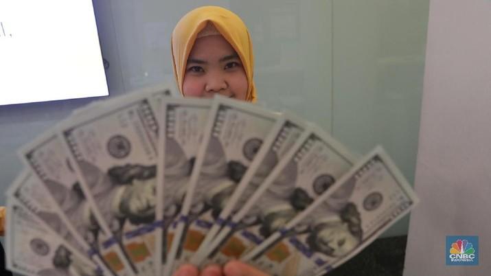 Dolar AS pun menguji level baru dengan berupaya menembus Rp 14.050.