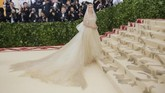 Seolah menampilkan sosok 'malaikat', Kate Bosworth tampil dalam busana Oscar de la Renta lengkap dengan selendang panjang yang menutupi kepala. Penampilannya ini sejalan dengan tema Met Gala tahun ini. (REUTERS/Eduardo Munoz)