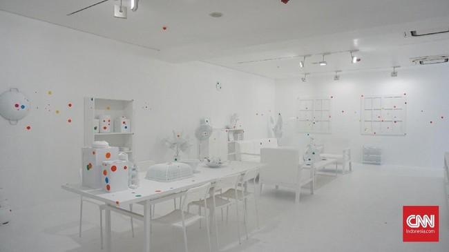 Ada pula ruang interaktif bernama Obliteration Room, yang membiarkan pengunjung menempeli seluruh ruangan bernuansa putih itu dengan stiker warna-warni. (CNN Indonesia/Agniya Khoiri)