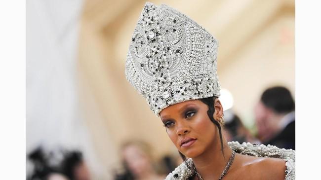 Headpiece paling hit tahun ini diraih oleh Rihanna. Riri atau Rihanna ini memakai topi ala Paus dengan tambahan detail kristal. (REUTERS/Carlo Allegri)