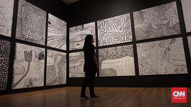 Dari karya-karya itu pengunjung dapat melihat ketertarikan sang seniman terhadap elemen-elemen yang berhubungan dengan kondisi tak berbatas, pengulangan dan bayangan. (CNN Indonesia/Agniya Khoiri)