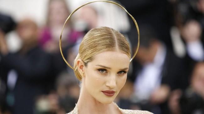 Lingkaran halo dipakai oleh kekasih Jason Statham sekaligus model Victoria's Secret Rosie Huntington Whiteley. Dia menggunakan lingkaran penuh polos berwarna emas bak seorang malaikat. (REUTERS/Eduardo Munoz)