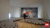 Setelahnya, ada instalasi bertajuk Narcissus Garden, karya yang menyuguhkan 1.500 bola yang terbuat dari stainless steel dan pertama kali ditampilkan di Venice Biennale 1965. (CNN Indonesia/Agniya Khoiri)