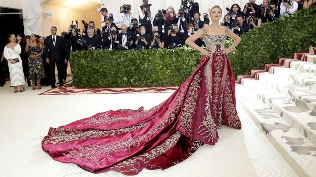 """Digelar di New York, pada Senin (7/5) malam waktu setempat, aktris Blake Lively juga hadir mencolok dalam gaun Versace. Dengan pengerjaan detil mengesankan ia hadir dalam ajang Met Gala tahun ini yang mengangkat tema """"Heavenly Bodies: Fashion and the Catholic Imagination"""". (REUTERS/Eduardo Munoz)"""