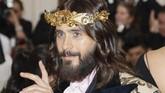 Jared Leto juga tampil sesuai tema Katolik yang diselenggarakan. Leto sendiri memakai mahkota ala raja berwarna emas.REUTERS/Carlo Allegri