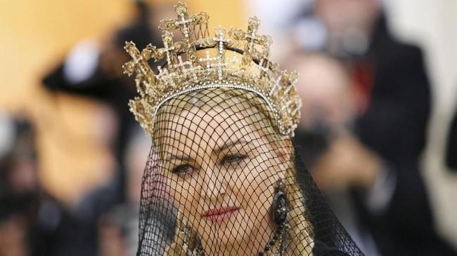 Headpiece Madonna mungkin jadi aksesori yang mencuri perhatian masyarakat Indonesia. Headpiece berbentuk mahkota Salib ini merupakan rancangan dari desainer aksesori Indonesia Rinaldy Yunardi. (REUTERS/Eduardo Munoz)