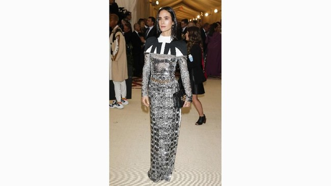 Aktris Jennifer Connelly juga memberi kesan unik dalam balutan busana Louis Vuitton. Detil bagian leher yang hitam-putih berpadu dengan gaunnya yang mengkilap. (REUTERS/Carlo Allegri)