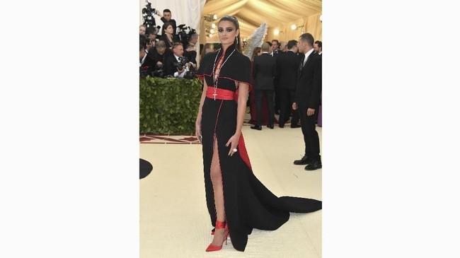 Gaun slit tinggi dan juga belahan dada rendah membuat Taylor Hill terlihat seksi. Dia memakai gaun buatan Diane von Furstenberg yang berwarna hitam. Kesan sensual ditambahkan dengan belt merah dan heels merah. (Neilson Barnard/Getty Images/AFP)