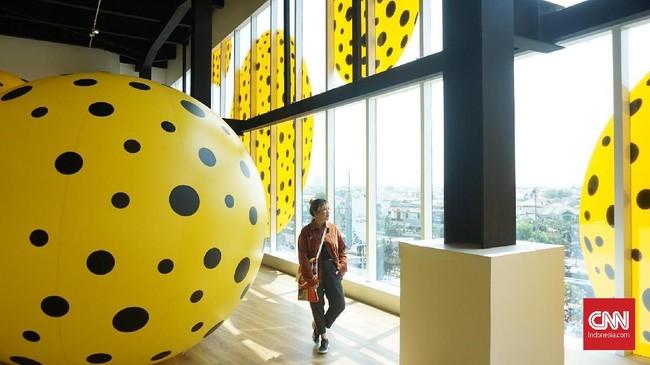 Museum MACAN Jakarta 'dikepung' balon-balon besar bermotif polkadot warna kuning hitam. (CNN Indonesia/Agniya Khoiri)