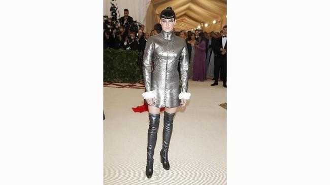 Shailene Woodley selalu berani ambil risiko dalam berbusana, dan termasuk kali ini saat hadir di Met Gala 2018. Beranjak dari inspirasi sosok Joan of Arc, ia mengenakan busana Ralph Lauren. (REUTERS/Carlo Allegri)