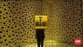 Di awal, pengunjung disambut oleh instalasi labu khas Yayoi, dengan sejumlah bola bermotif polkadot warna hitam dan kuning yang dinamai Dots Obsessions. (CNN Indonesia/Agniya Khoiri)