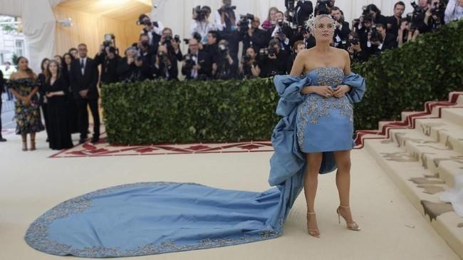 Diane Kruger terlihat seksi dengan gaun biru buatan Prabal Gurung. Dia melengkapi tampilannya dengan aksesori dari Tasaki. Tak lupa untuk memberikan sentuhan tema, dia menggunakan headpiece karya Philip Treacy X Tasaki. (REUTERS/Eduardo Munoz)