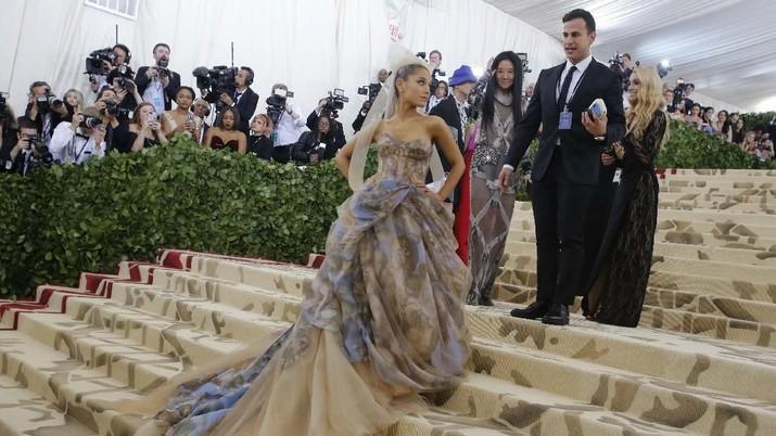 Crazy Rich China Rela Buang Duit Demi Kalahkan Ariana Grande